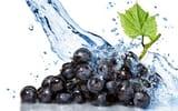 Обои для рабочего стола: виноград в воде