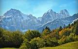 Обои: Италия, горы, скалы, солнце, Molveno, трава, снежные, кусты, деревья