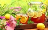 Обои: графин, лимон, напиток, чай, мята, стаканы, салфетка, холодный, стол, чай, цветы, зелень
