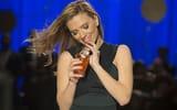 Обои для рабочего стола: улыбка, Scarlett Johansson, коктейль